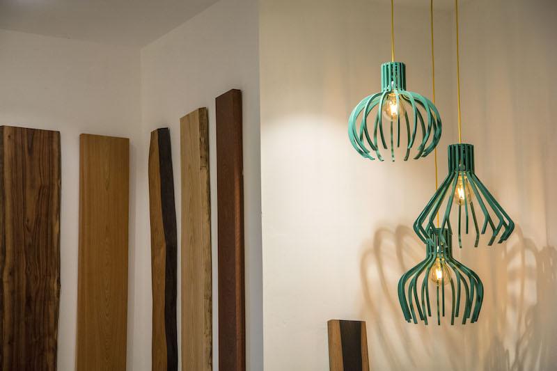 Foto Dettaglio Lampadari Dello Showroom Realizzati Con Legno Colorato Valchromat
